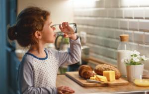 - Règles de l'ergonomie pour les enfants - Boire de l'eau